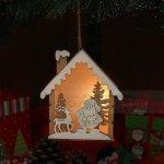 Коледна светеща къщичка за закачане с Дядо Коледа 14 см.